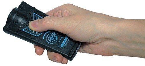 """Отпугиватель """"Собакам.нет"""" очень удобно ложится в руку, большой палец словно сам собой попадает на кнопку включения прибора (кликните по картинке для увеличения)"""